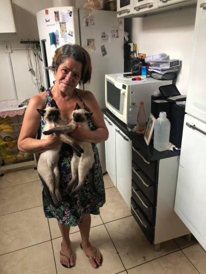 Mãe de Thamara Silva com os dois gatinhos da família. (Foto: Facebook/Thamara Silva para Grupo onde fingimos ser gatos domésticos)