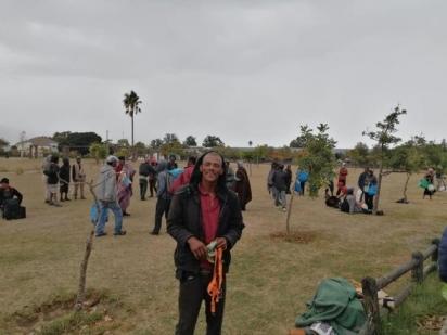 François com um sorriso no rosto, mas de coração partido ao segurar a coleira vazia de Dragão. (Foto: Facebook/Cape of Good Hope SPCA)