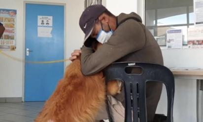 O morador de rua Roger com o seu amado cão Max. (Foto: Reprodução Facebook/ Cape of Good Hope SPCA)