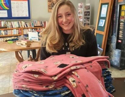 A jovem Liencke Pretorius, 14 anos, confeccionou roupas para os animais de abrigo. (Foto: Facebook/Kempton Park SPCA)
