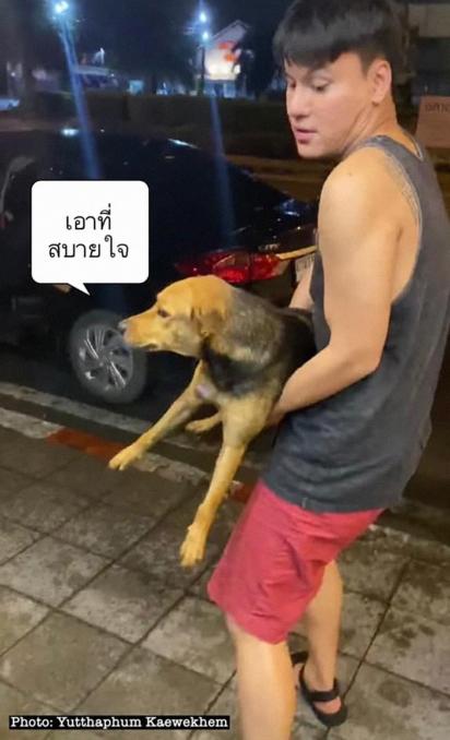 O jovem frequenta restaurante em que o cachorrinho pedia comida, em busca de seus possíveis donos. (Foto: Facebook/Yuttaphum Kaewekhem)
