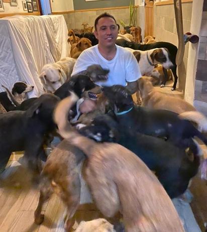 O ativista acolheu cães, coelhos, galinhas e até cavalos. (Foto: Facebook/Ricardo Pimentel Cordero)