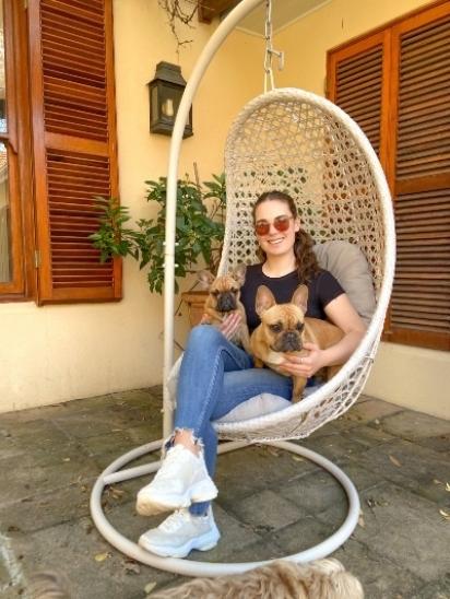 Jessica Chemin com os seus dois cães, Nacho e Lola. (Foto: Reprodução Youtube/SWNS)
