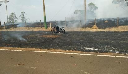 A moto ficou completamente destruída após ser consumida pelo fogo às margens de vicinal em Mirassol. (Foto: Arquivo Pessoal/Carlos Roberto Joaquim)