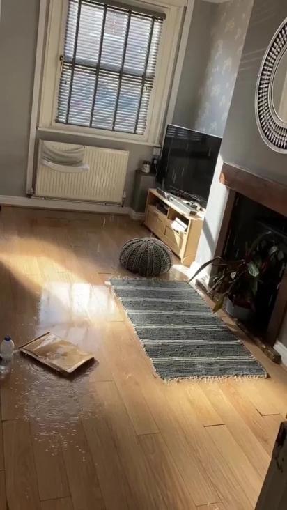 A água inundou o andar inferior da casa. (Foto: Reprodução/Kennedy News & Media)
