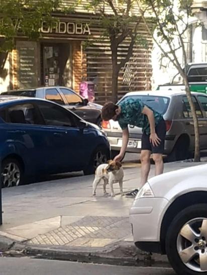 Lujan Videla e seu namorado encontraram o cachorrinho em uma esquina na Argentina. (Foto: Arquivo Pessoal/Lujan Videla)