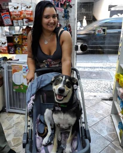 Jade, ex funcionária do pet shop Bicho Fofucho que cuida da Juju desde que era filhote. (Foto: Arquivo Pessoal/Jade Carvalho)