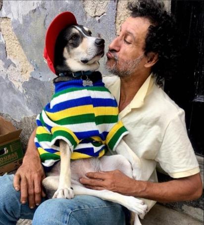 Juju com o dono Jader. (Foto Arquivo Pessoal/Jade Carvalho)
