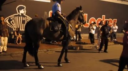 Ao se aproximar do grupo de dança, o cavalo começa a interagir. (Foto: Reprodução Youtube/Antoinenaccache)