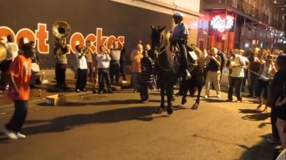 O cavalo dançou lindamente chamando a atenção das pessoas ao redor. (Foto: Reprodução Youtube/Antoinenaccache)
