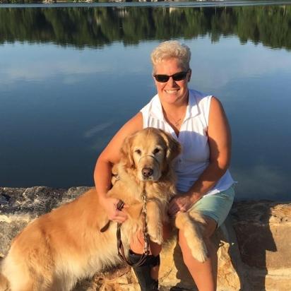 Mary com o seu cão-guia Lucy na beira do lago. (Foto: Facebook/Mary Sedgwick)