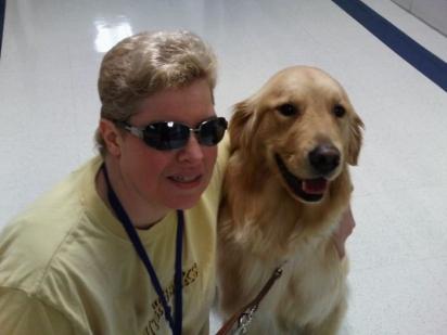 A cachorrinha Lucy deu mobilidade, confiança e liberdade à Mary. (Foto: Facebook/Mary Sedgwick)