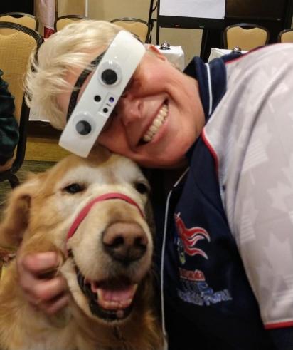 Mary  usando o óculos eSigh abraçada no seu cão-guia. (Foto: Facebook/Mary Sedgwick)