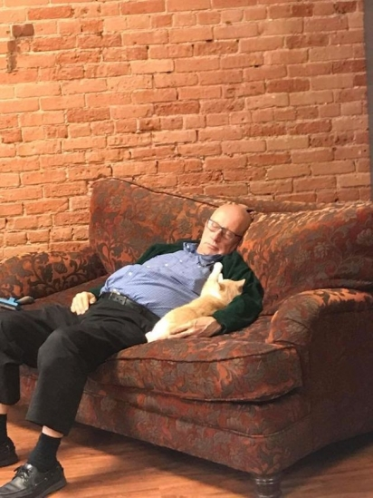 O idoso passa três horas diárias no abrigo para tornar mais feliz e confortável a vida dos gatinhos. (Foto: Facebook/Safe Haven Pet Sanctuary Inc)