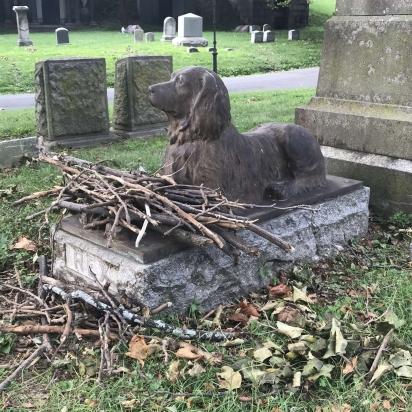 Mesmo não conhecendo a história de Rex pessoas depositam gravetos aos pés da estátua. (Foto: Arquivo Pessoal/Marian Blair)