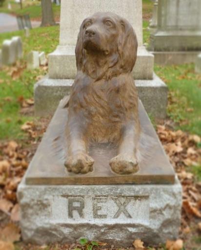 A escultura do cão está aos pés da sepultura do seu dono, John E. Stow. (Foto: Facebook/Green-Wood Cemetery)