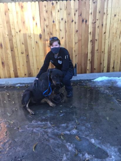 A oficial de proteção animal Jenna Humphreys junto do cão resgatado. (Foto: Facebook/Denver Animal Shelter)