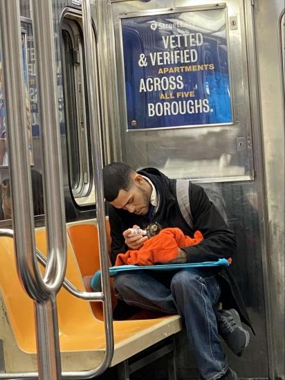 O homem carinhosamente alimenta o gatinho. (Foto: Facebook/Gillian Rogers)