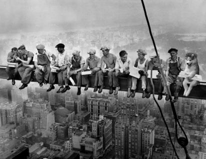 Pausa para o almoço na construção do Rockefeller Plaza. (Foto: 9gag)