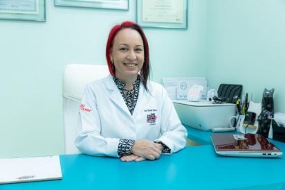 Vanessa Zimbres, sócia-proprietária da clínica Gato É Gente Boa, a primeira do interior paulista a obter o selo Cat Friendly Practice em grau ouro. (Foto: Arquivo pessoal)