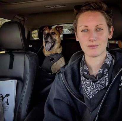 King indo de carro com a voluntária para o programa de TV. (Foto: Facebook / Marleys Mutts Dog Rescue)