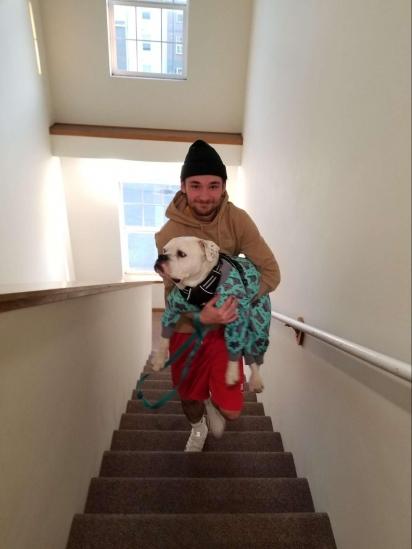 Titan usa seu truque de mancar para não subir as escadas e ser carregado pelo dono. (Foto: Arquivo Pessoal/Natalie Bretey)