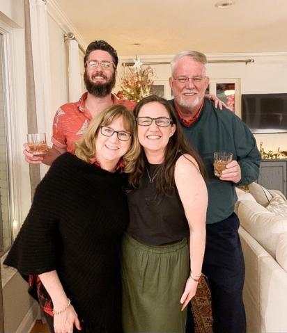 Cheryl (canto inferior esquerdo) e seu marido Steve (canto superior direito) realizaram uma cerimônia para Kitty e enterraram o coelho em seu jardim. (Foto: Reprodução/Mercury Press & Media)