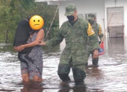 Militares tem resgatado moradores e os seus animais em meio a enchente.  (Foto: Facebook/Caninos 911, A.C.)