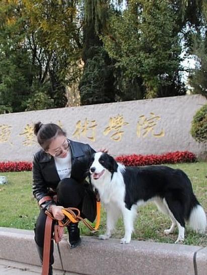 O border collie, Naughty, com a sua dona Zhang. (Foto: TikTok/Douyin 125587963)
