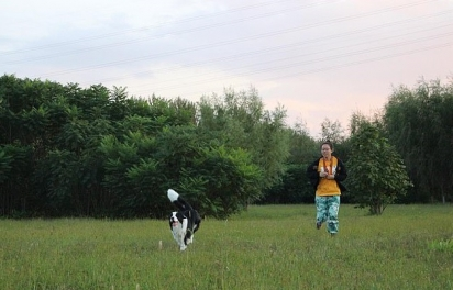 Zhang tenta compensar a ausência levando a cachorrinha Naughty para passeios no parque. (Foto: TikTok/Douyin 125587963)