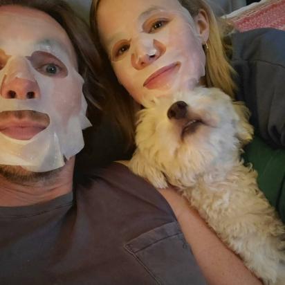 Kristen Bell e Dax Shepard adotaram seu filhote Frank em um abrigo. (Foto: Instagram/Kristenanniebell)
