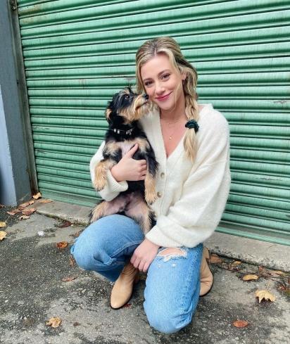 Milo é o orgulho e a alegria de Lili Reinhart. (Foto: Instagram/Lilireinhart)