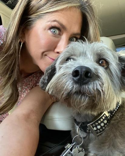 Jennifer Aniston é a mãe de três pets resgatados das ruas. (Foto: Instagram/jenniferaniston)