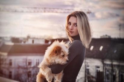 Knut foi adotado por sua dona Antonia (na foto) aos quatro meses de idade. (Foto: Instagram/knutini_)