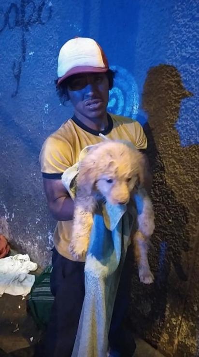 Morador de rua oferece a refeição para cachorrinha abandonada. (Foto: Facebook/Gabriela RedheaPerea)