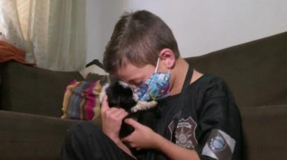 O menino é apaixonado por animais e a sua alegria é poder ajudar os animais de rua. (Foto: Sidney Trindade/RPC)