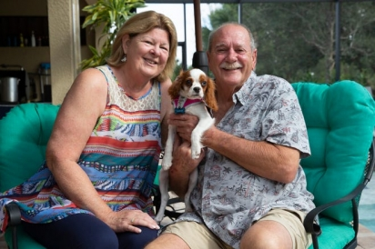 Louise e Richard posam para uma foto com seu cachorro.  (Foto: Jon Áustria / Naples Daily News USA TODAY - FLORIDA NETWORK)