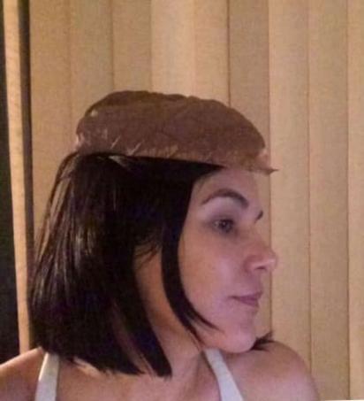 Desde que começou a ganhar as folhas, Thamar começou a usá-las como chapéu em agradecimento ao carinho de João. (Foto: Arquivo Pessoal/Thamar de Araújo)