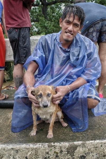 Rambo, o cachorro preso no telhado foi resgatado e reunido com seu dono, JR.(Foto: Facebook/Larry Monserate Piojo)