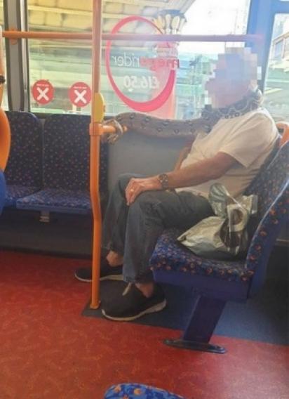 O homem permitiu que a cobra se enrolasse no corrimão do ônibus. (Foto: Arquivo Pessoal/Alison Jones)