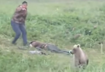 Um deles acorda apavorado e cutuca o outro para saírem correndo dali.(Foto: Reprodução Youtube/ViralOne)