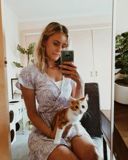 O gatinho Renley com a dona Jessica Ruf. (Foto: Instagram/thekittencarer)
