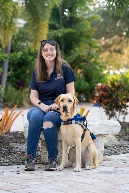 McKenzie Hanlon aos 22 anos já enfrentou vários problemas de saúde e um deles tirou-lhe parte da visão. (Foto: Southeastern Guide Dogs)