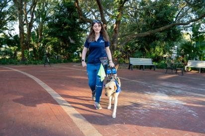 McKenzie havia tentado se adaptar com outros cães-guias, mas foi com a labradora CJ que ela se sentiu confiante para enfrentar as dificuldades diárias. (Foto: Southeastern Guide Dogs)