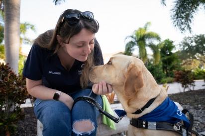 A organização sem fins lucrativos Southeastern Guide Dogs cedeu CJ como cão-guia para a jovem McKenzie. (Foto: Southeastern Guide Dogs)