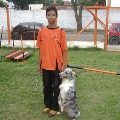 Esdras começou o voluntariado aos 13 anos, quando resgatou uma cachorrinha atropelada na rua. (Foto: Instagram/esdrasandradeoficial)