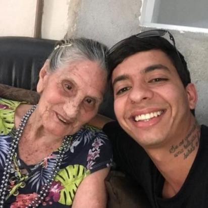 Esdras com a idosa que resgatou. (Foto: Instagram/esdrasandradeoficial)