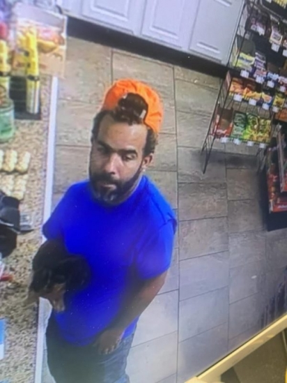 No vídeo de vigilância do posto de gasolina, homem segura um cachorrinho parecido com o que foi roubado. (Foto: Reprodução/Berks Weekly)