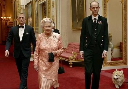 Um dos corgis da rainha é visto durante a filmagem de um segmento de James Bond, reproduzido durante a Cerimônia de Abertura dos Jogos Olímpicos de Londres 2012. (Foto: AFP/Getty Images)