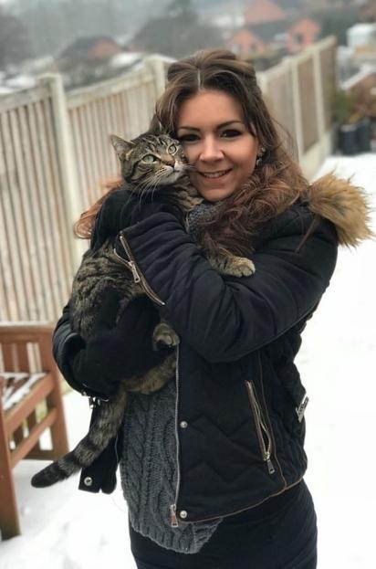 Sam segura no colo a gatinha Kimber. (Foto: Kennedy News and Media)